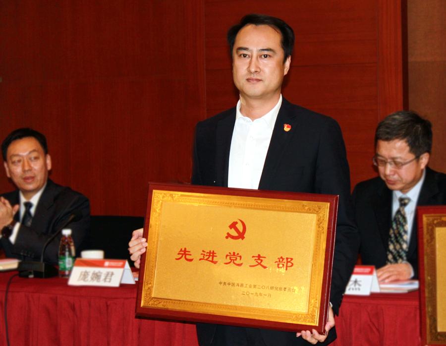 特色经营事业部总经理丁吉平上台领奖.JPG